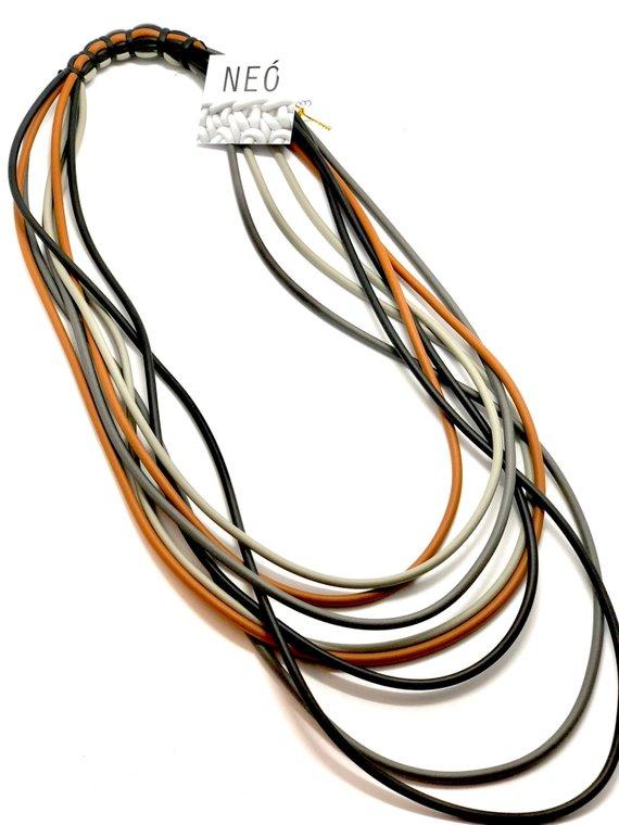 Collana in neoprene con filamenti colorati
