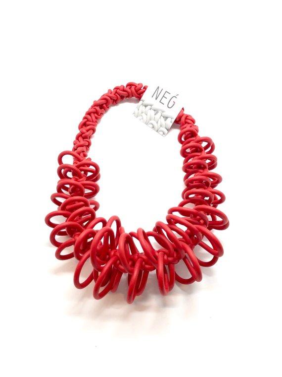 Collana rossa in neoprene con fili ad intreccio