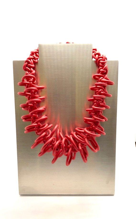 Collana rossa in neoprene con fili