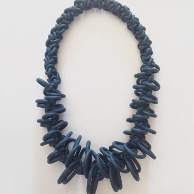 Collana artigianale in neoprene blu ad intreccio