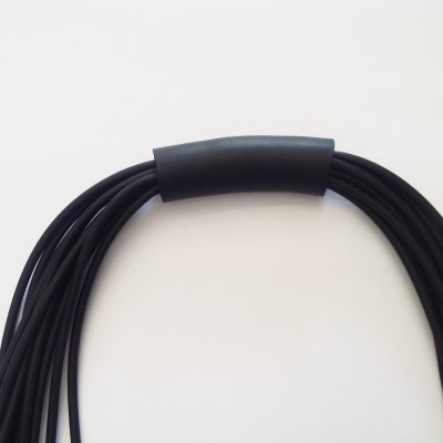 Collana in neoprene con filamenti neri
